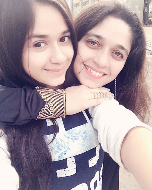 Jannat Zubair Rahmani with her mother Nazneen Rahmani